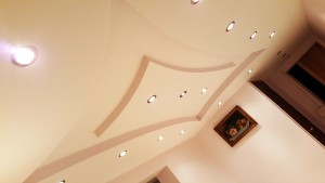 Decoratief plafond twee kleuren